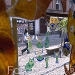 Piezas de cristal de una tienda en la calle Dluga. Ciudad de BYDGOSZCZ. Polonia