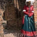 Ruinas del castillo Zamek Krzyzacki, destruido en el s.XV. Chica vestida de epoca. Ciudad de TORUN, (Unesco). Kuyavia- Pomerania. Polonia