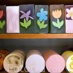 """Variedad de jabones. Tienda de jabones """"Soap Shop"""" en la calle Strumykowa 1a. Ciudad de TORUN, (Unesco). Kuyavia- Pomerania. Polonia"""