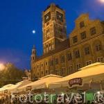 Terrazas junto al Ayuntamiento con su torre. Ciudad de TORUN. (Unesco). Kuyavia- Pomerania. Polonia