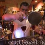 Preparando un cocktail. Interior del pub Tantra de estilo hindu. Ciudad de TORUN. (Unesco). Kuyavia- Pomerania. Polonia