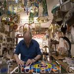 """El Sr. Edmund Intek en su taller de talla de vidrio tintado """"Intek Art"""" en el casco historico de la ciudad amurallada de TORUN. (Unesco). Kuyavia- Pomerania. Polonia"""
