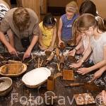 Niños de un colegio aprendiendo como se hacen las galletas. Museo taller del gengibre. Centro historico de la ciudad de TORUN. Kuyavia- Pomerania. Polonia