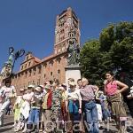 Escultura de Copernico y estudiantes en la plaza del Ayuntamiento. Ciudad de TORUN. (Unesco). Kuyavia- Pomerania. Polonia