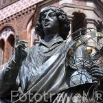 Escultura de Copernico en la plaza del Ayuntamiento. Ciudad de TORUN. (Unesco). Kuyavia- Pomerania. Polonia