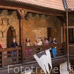 Chicos visitando el castillo de Golub Dobrzyn. Aqui se organizan torneos medievales con caballos, armaduras. GOLUB DOBRZYN. Region de Kuyavia- Pomerania. Polonia