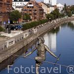 """Escultura """"Crossing the river"""" de Jerzy Kedziora, mayo 2004, sobre el rio Brda. Ciudad de BYDGOSZCZ. Region de Kuyavia- Pomerania. Polonia"""