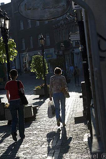 Gente caminando por las calles empedradas. Ciudad de BYDGOSZCZ. Region de Kuyavia- Pomerania. Polonia