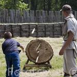 Lanzamiento con hacha, una actividad en el poblado reconstruido, como hace mas de 2500 años de antiguedad. BISKUPIN. Region de Kuyavia- Pomerania. Polonia