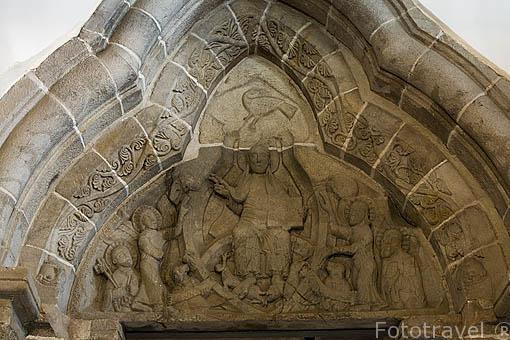 Timpano romanico. Iglesia de la Trinidad S.XII. En STRZELNO.Region de Kuyavia- Pomerania. Polonia