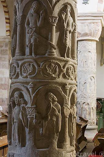 Columna de los Vicios y Virtudes. (Solo hay entre 2 y 3 en el mundo, hay otra en Santiago de Compostela). Interior de la iglesia romanica de la Trinidad S.XII en STRZELNO. Polonia