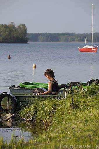 Señora leyendo en su barca. Lago de Koronowo cerca de la ciudad de BYDGOSZCZ. Region de Kuyavia- Pomerania. Polonia