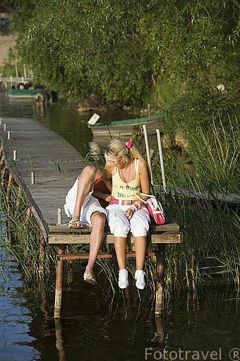 Pareja de chicos junto al lago de Koronowo cerca de la ciudad de BYDGOSZCZ. Region de Kuyavia- Pomerania. Polonia