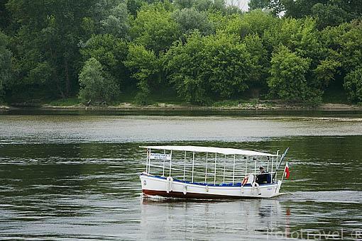 Pequeño barco turistico navegando sobre el rio Wisla. Ciudad de TORUN. (Unesco). Kuyavia- Pomerania. Polonia