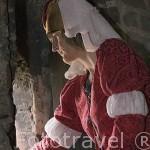 Chica vestida de epoca junto a las murallas de la ciudad de TORUN. (Unesco). Kuyavia- Pomerania. Polonia