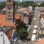 Calle peatonal de Zeglarska y la torre del Ayuntamiento. Centro historico de la ciudad de TORUN. Kuyavia- Pomerania. Polonia