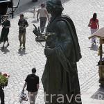 Escultura de Copernico en la plaza del Ayuntamiento. Centro historico de la ciudad de TORUN. Kuyavia- Pomerania. Polonia