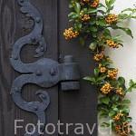 Detalle de una puerta antigua y bisagra. Kuyavia- Pomerania. Polonia