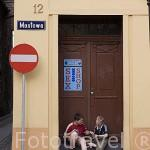 Chicos jugando junto a una tienda sex shop. Centro historico de la ciudad de TORUN. Kuyavia- Pomerania. Polonia
