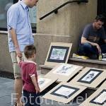 Padre e hijo observando un puesto de cuadros. Centro historico de la ciudad de TORUN. Kuyavia- Pomerania. Polonia