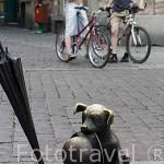 """Pequeña escultura del perrito """"Piesek Filutek"""" en una esquina de la plaza del Ayuntamiento. Centro historico de la ciudad de TORUN. Kuyavia- Pomerania. Polonia"""
