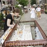 Tiendas y puestos vendiendo piezas varias de ambar. Calle de Mariacka. Ciudad de GDANSK. Polonia