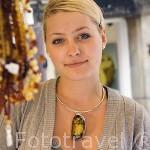 Chica con un collar de ambar en un puesto en la calle de Mariacka. Ciudad de GDANSK. Polonia