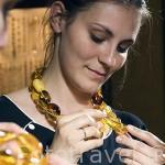Chica y collar de piezas de ambar. Tienda de Gallery Amber, en c/ Dlugi Targ 1. Ciudad de GDANSK. Polonia