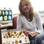 La doctorada en inclusiones de animales y plantas en ambar, Elzbieta Sontag. Población de GDYNIA. Polonia