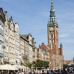 Antiguos edificios en la calle Larga, al fondo la torre del Ayuntamiento y Museo de Historia de la ciudad de GDANSK. Polonia