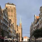 Iglesia de Santa Maria y calle Piwna. Ciudad de GDANSK. Polonia