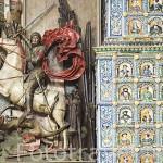 San Jorge matando al dragón junto a la Gran Estufa de 12m de 1545. Interior del Palacio del Rey Arturo. Calle Mercado Largo. Ciudad de GDANSK. Polonia