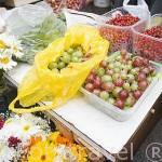 Frutas del bosque variadas a la venta en los puestos ambulantes. Ciudad de GDANSK. Polonia.