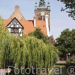 Torre de Santa Catalina al fondo y la Casa de los Artesanos. Canal del río Radunia. Ciudad de GDANSK. Polonia