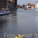 El río Motlawa y los antiguos astilleros y muelles de carga. Al fondo la antigua grua principal. Ciudad de GDANSK. Polonia