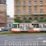 Calle Elblaska y tranvias frente a la Puerta Alta. Ciudad de GDANSK. Polonia