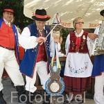 """Musicos e instrumento musical del pueblo Kaszuby llamado """"Violin del diablo"""" o Skrzypce Diabelskie. Región de Szymbark. Polonia"""
