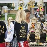 Puesto vendiendo muñecos de paja. Mercado de la ciudad de GDANSK. Polonia
