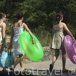 Chicas entrando a la playa de Jantar. Población de JANTAR. Polonia