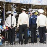 Marineros rusos de compras por el muelle de GDYNIA. Mar Baltico. Polonia