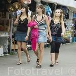 Chicas de paseo y compras por el muelle de GDYNIA. Mar Baltico. Polonia