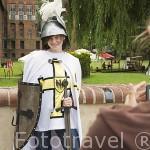 Turista vestida de caballero teuton frente al castillo de MALBORK. Polonia