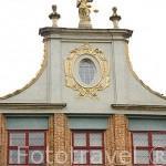 Fachada de una casa en el Mercado Largo. Ciudad de GDANSK. Polonia