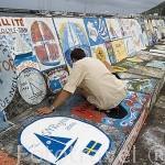 Un marinero repintando su pintura un año mas. Puerto deportivo de Horta. Isla de FAIAL. Azores. Portugal