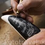 Diente de cachalote tallado con motivo de un barco. Taller de John Van Opstal. Poblacion de Horta. Isla de FAIAL. Azores. Portugal (MR.075)