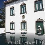 Antiguo edificio y cartero en la poblacion de Sao Sebastiao. Isla de TERCEIRA