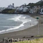 Playa de arena volcanica Das Milicias e iglesia en el pueblo San Roque. Isla de SAO MIGUEL. Azores. Portugal