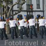 Jovenes tocando castañuelas en el pueblo de Rabo de Peixe con motivo de la fiesta del Espiritu Santo. Isla de SAO MIGUEL. Azores. Portugal