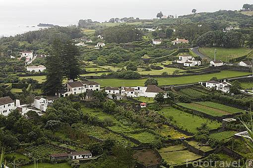 Vista desde el mirador de Caloura y plantaciones de piña. Este fue el primer asentamiento de la isla de SAO MIGUEL. Azores. Portugal