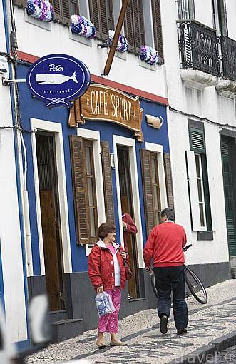 Fachada del restaurante / bar Cafe Sport, desde 1918. Sigue siendo centro de reunion de marineros. Poblacion de Horta. Isla de FAIAL. Azores. Portugal